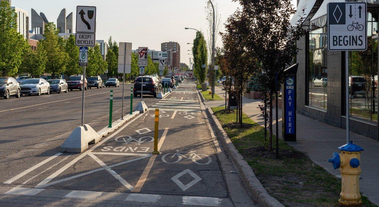 Так выглядит разделение дороги для велосипедистов